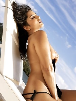Sunny Leone sunbathing nude at Miami Beach. Check out her awesome pierced nipples!